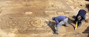 Mosaik vid utgrävningar av en 1 500 år gammal kyrka i Moshav Aluma i södra Israel. Arkeologer i arbete.   Foto: IAA