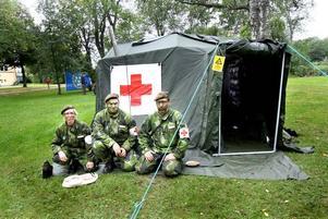 Susanne Eliasson, Andreas Landqvist och Anders Westlund visar upp sjukvårdstältet. De är alla sjukvårdare i hemvärnet och poängterar att deras kunskaper och träning kan komma till nytta annat än vid krig.
