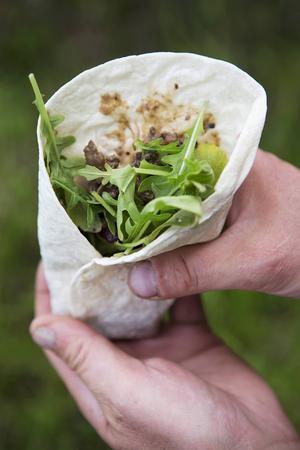 Renskavswrap med sallad och grönsaker.