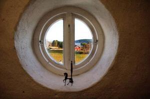 Utsikt från ett ateljéfönster. I nischen står ett par små kopior av etruskiska bronsskulpturer som Odd Larsson köpt i Florens.  Foto: Ulrika Andersson