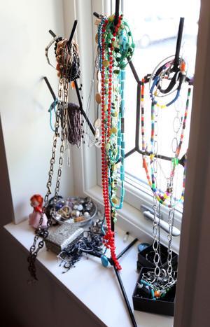 Malins smycken  i ett fönster.