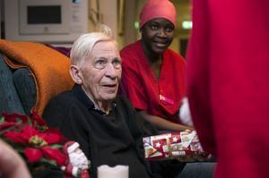 Stig Wingstedt fick en julklapp av jultomten, Oritha Dixon hjälpte till att öppna.