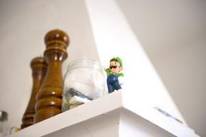 Det märks tydligt att det finns barn i hemmet. Luigi har fått en fin plats på spiskåpan.
