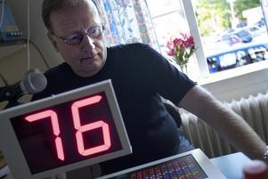 Nummer. Leif Söderlind gjorde sitt första pass som bingoutropare under överinseende av Tobias Holmlund som varit ordinarie utropare en längre tid. Foto:Karin Rickardsson