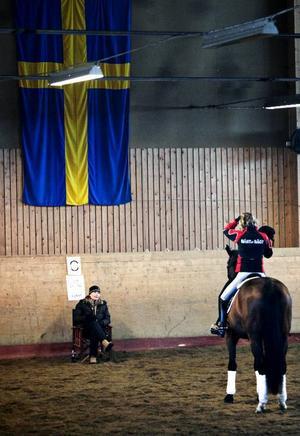 Sedan Maria Eriksson varit upp till Ås får Theresa Burwall bitar som hon ska träna på till nästa gång de träffas.