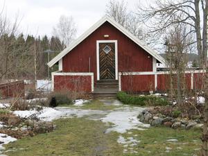 Katten Hedvig har tagit plats precis utanför boden där Anna-Karin Tillström har sin vinterförvaring.