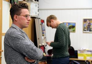 En stunds samling innan kvällens repetition drar i gång. Magnus Larsson är bara 23 år men redan erfaren dirigent, studerar orkesterdirigering för Glenn Mossop vid Kungliga musikhögskolan i Stockholm.