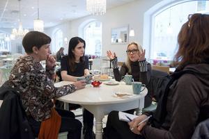 Hoten och hatet påverkar deras vardag. Ledarskribenten Sofia Mirjamsdotter, moderata politikern Elin Nilsson och politiska krönikören Lina Norberg Juuso känner både ilska och frustration.