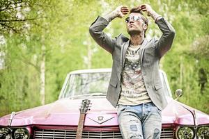 Pretty in pink. Brolle gillar allt med 50-talet, musiken, modet, bilarna. Med på turnén är två amerikanare av märket Cadillac – bägge knallrosa.