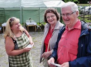 Marita Backman trivdes med LT journalisten emeritus Gunnar Huss och hans hustru Margith.