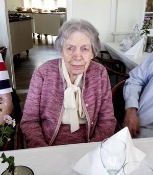 Karin Forsberg, 100, bär dagen till ära sin dress designad av Coco Chanel.