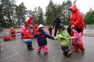 Riktigt grinigt väder är inget hinder för sång och dans i regnet. Utomhuslek och musik är förskolans profil.
