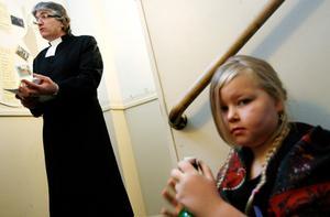 Skolinspektören pastor Tomas Lång kontrollerade att barnen inte hade smuts under naglarna eller bakom öronen. Hilda Hessel fick äta sin lunch i trapphuset i stället för i matsalen.