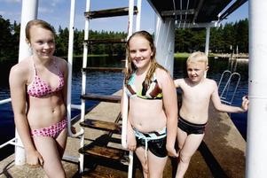 NJUTER. Lina Eriksson (till vänster), Mimmi Bentzer och Albin Eriksson trivs utmärkt i solsken.