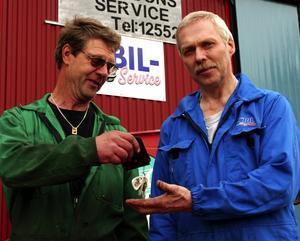 Ägarbytet. Leif Ollas lämnar över nyckeln till Mats Andersson. Foto:Christian Larsen