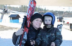 Kristina Hägg och sonen Isak har kommit från Vallentuna för att åka skidor i Kungsberget. – Första gången i år som vi ser snö, säger Kristina.