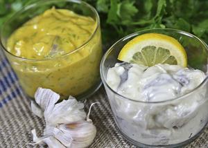 Grunden till de flesta krämiga sillar är crème fraiche och majonnäs. Sedan kan de smaksättas med exempelvis senap, citron eller vitlök.