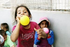 Bizam, 8, och Rezan, 8, är tvillingar.