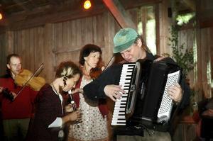 Spelglädje. På Hjuljerns skogsloge hölls spelmansstämma där musiker träffades för att spela traditionell folkmusik och återuppleva det lokala musikarvet. Stefan Backius höll i trådarna för allspelet.