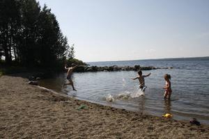 Sexåringarna Salomon och Liam kör löptävling i vattnet vid Hara brygga. Liams lillasyster Lova håller sig lite lugnare.