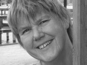 Ann Beskow är uppvuxen i Småland och Göteborg. Efter utbildning i Lund flyttade hon till Dalarna och jobbade i många år som chefgymnast på Mora Lasarett. Hon var också Socialdemokratiskt kommunalråd i Orsa under 13 år. Numera bor hon i Göteborg.