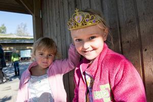 Fyraåringarna Alice Larsson och Ester Olsson trivs på sin nya förskola.