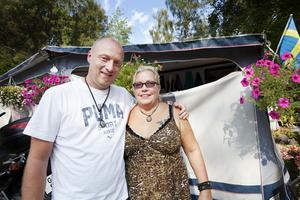 """Jörgen och Kicki Mikander bor vinterhalvåret i Thailand och sommarhalvåret i husvagn på Eklundsnäs camping. """"Det har verkligen blivit mycket finare här sedan de bytte ägare. Vi älskar närheten till sjön och naturen. Förtältet är som ett extra rum och vi har allt vi behöver i husvagnen"""", säger paret."""