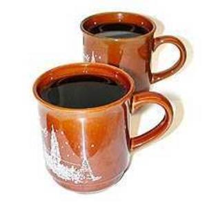 Catharina föredrar glühwein framför irish coffee efter en lång dag i backen. Recept 6 glasDet här behöver du:2 dl vatten4 kryddnejlikor1 kanelstångskalet från 1/2 citron1 dl strösocker1 flaska rött vinSå här gör du:Lägg kryddorna i en kastrull och häll i vattnet. Värm upp, men inte så att det kokar. Låt sjuda i drygt fem minuter.Lägg i sockret och citronskal, sjud vidare tills sockret smält. Häll i vinet och värm upp tills det börjar ånga, det får fortfarande inte koka. Sila av eller plocka ur kryddorna. Klart!Källa: Tasteline.se