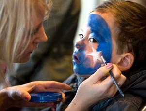 Under fredagens besök på Stora holmen blev Loke Kristensen målad till clown, men den här gången ville han bli trollkarl. Till vardags läser Marie Eriksson till ingenjör, men just denna dag agerade hon ansiktsmålare.
