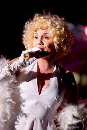 Åsa Wiklunds klockrena gestaltning av Marilyn Monroe med alla hennes tillhörande attribut: det blonda håret, den vita fjäderboan, perfekta måtten och till och med klänningen blåses upp, till publikens busvisslingar.