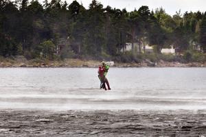 GD:s reporter räddas med helikopterns rotorblad piskar upp vattnet.