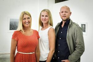 Anna Alverhag och Johanna Syrén tillsammans med den prisbelönte fotografen Pieter Ten Hoopen.