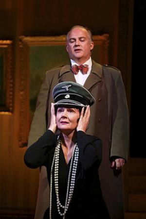 Under kriget hade Coco Chanel en kärlekshistoria med en SS-officer. Pers Anna Larsson och Göran Eliasson.   Foto: P-J JANSSON