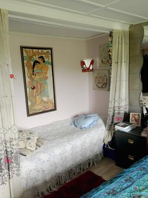 I sovrummet bredvid dubbelsängen finns en sovalkov med en extrabädd. Sovrummet finns i den gamla lagerlokalen från när huset var lanthandel en gång i tiden.