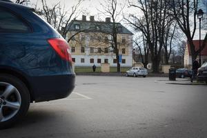Här, på parkeringsplatsen utanför Slottet slets 23-årigen in i en bil