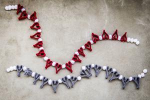 En girlang med ullhjärtan och små bollar blir en kärleksfull julklapp.