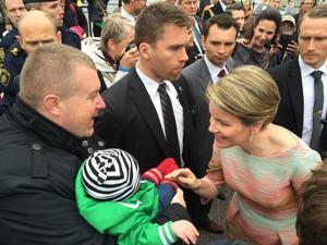 Nico Ulenaers och sonen Maxim Sikström, fem månader, träffade under tisdagen det belgiska kungaparet. Drottning Mathilde pratade med far och son.