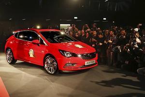 Opel Astra är årets bil i Europa. Här rullar vinnaren in inför det stora pressuppbådet.