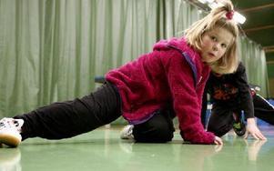 Maya Rusgovas 6,5 år värmer upp före träning.
