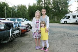 Tremänningarna Ebba Vedin, Isabella Lövgren och Astrid Gunnarsson kom till marknaden för att åka karusell och gå på loppis.
