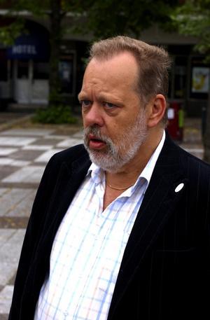 Sven-Olov Ekström, revisor, Avesta: – Min yngsta son bor i trapphuset där mordet inträffade. Han blev rädd när han vaknade av brandröken. Det är märkligt att mordet ännu inte blivit uppklarat. Foto:Börje Gustafson