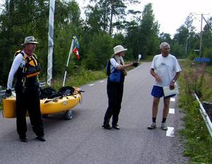 Boende på Iggön tvingas ofta hjälpa förhoppningsfulla paddlare att hitta över bron istället för genom sundet.