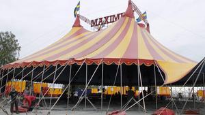 Tältet har en diameter på 36 meter och rymmer tusen personer.