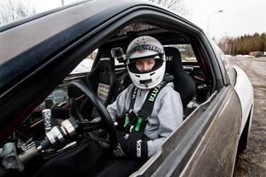 Nöjd Förare. När Christoffer Pettersson kör får han adrenalinkickar som han inte ens kan beskriva. Här kör han med sin Nissan S13 från 1989. Foto: Madeleine Longo