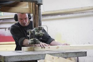 Det räcker inte med millimeterpassning, ofta handlar det om tiondelar, så det gäller att klingan följer de markerade strecken i träet.