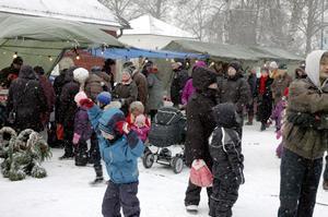 Trångt. Trots snö och kyla var julmarknaden välbesökt.