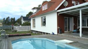 Generös pool på husets baksida. Från altanen avnjuts gärna en middag med utsikt över sjön.