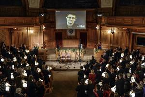 Edward Snowden, på skärm, applåderas vid utdelningen av Right Livelihood Award i riksdagens andrakammarsal i Stockholm den 1 december 2014.