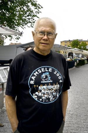 Ulf Björnfot, 72 år, Karlskoga, ursprungligen Tornedalen:– Tröjan betyder mycket för mig. Jag gillar laget Icebreakers, i vilket bröderna Sedin från NHL spelar. Icebreakers samlas varje sommar för att lira för välgörenhet, för sjuka barn. Det gillar jag.