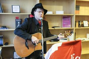 Trubaduren Stefan Ström underhöll och sjöng låtar på härjedalska.